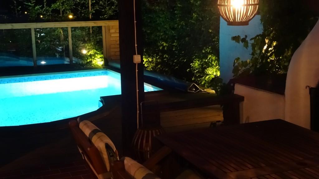 Utsikt mot poolen kvällstid