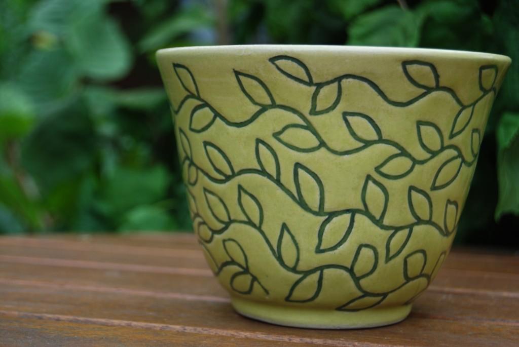 Vårgrön skål med bladmönster