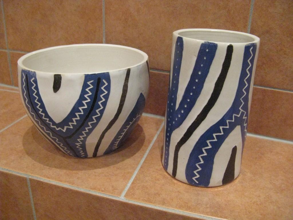 Skål och cylindervas med ristad engobe och vaxad