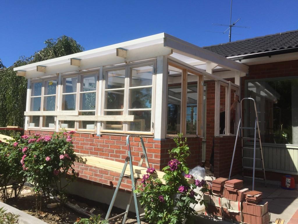 Fönster och tak på plats