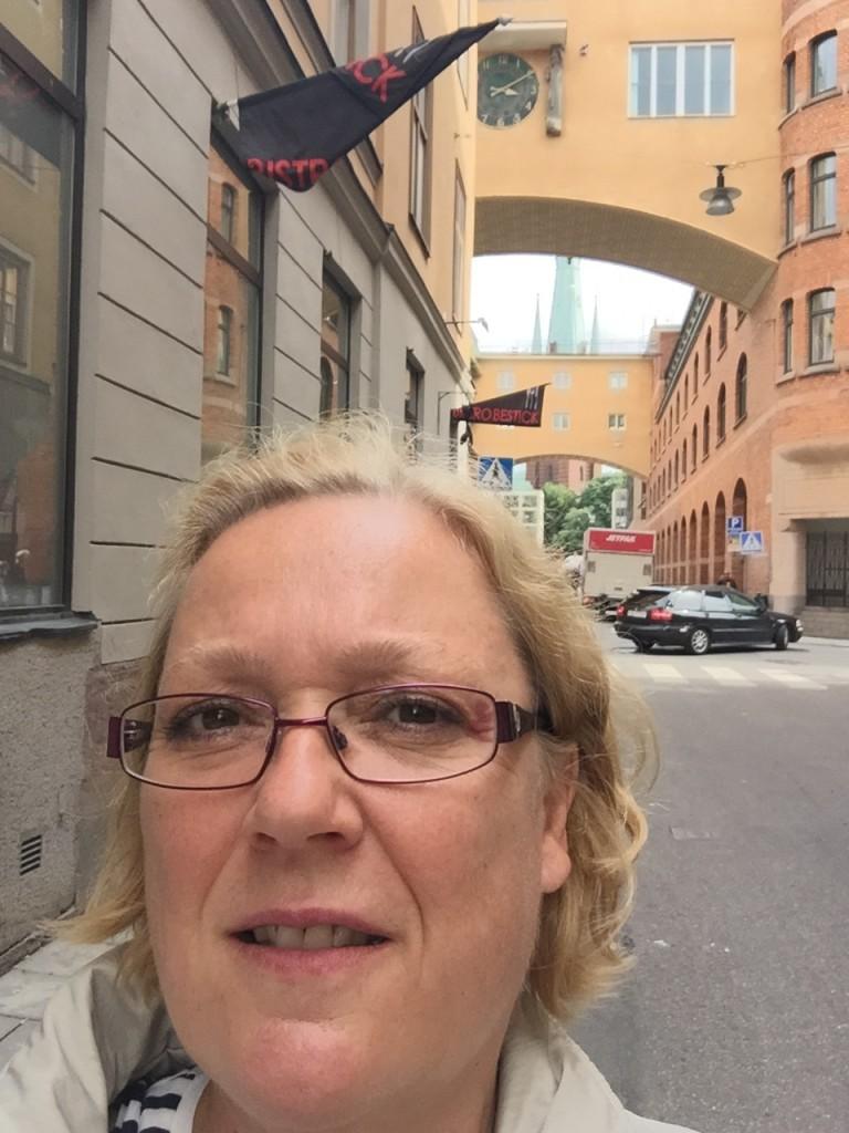 """Jo-jo, På Klara """"Porra"""" Kyrkogata så låg det ett par svarta spetstrosor på gatan, men det var befriande folktomt!"""