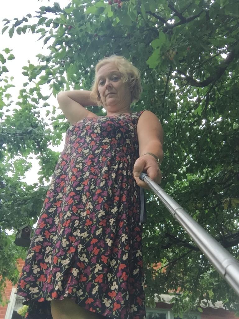 Provar min andra nya klänning hemma i trädgården!