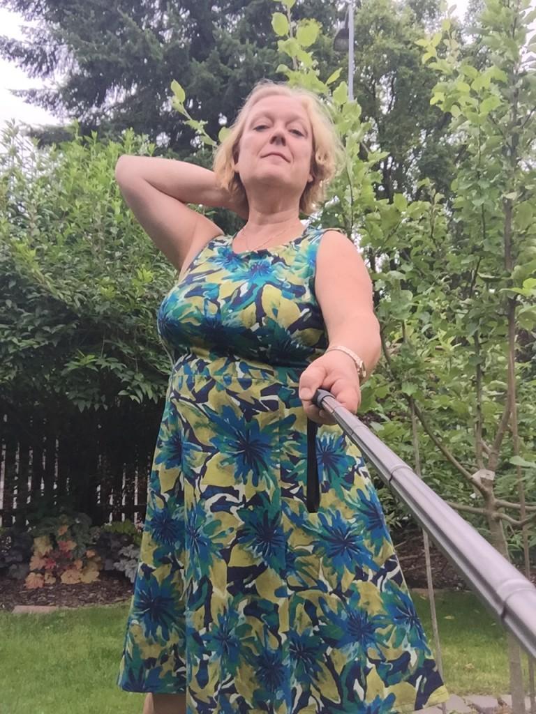 Provar min nya klänning hemma i trädgården!