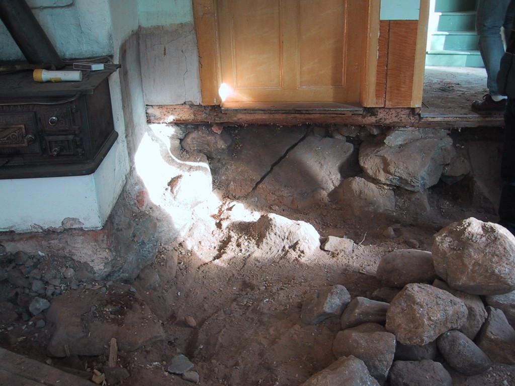 Allt under köket grävdes bort och det var mycket sten som baxades ut. De största spräcktes.