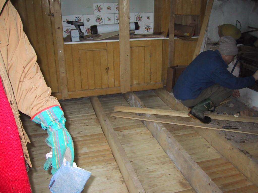 Trossbotten är klar och vi kan alltså äntligen gå inne i köket. Nu ska golvet isoleras och läggas