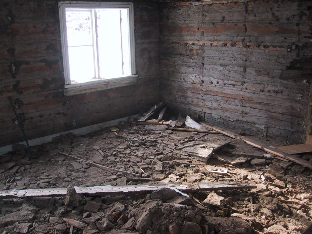 Lite av isoleringen som hamnade på golvet i stora rummet