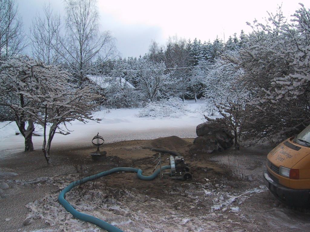Och så här såg det ut utomhus när isoleringen blåstes ut! (Det skulle också tas om hand sen...)