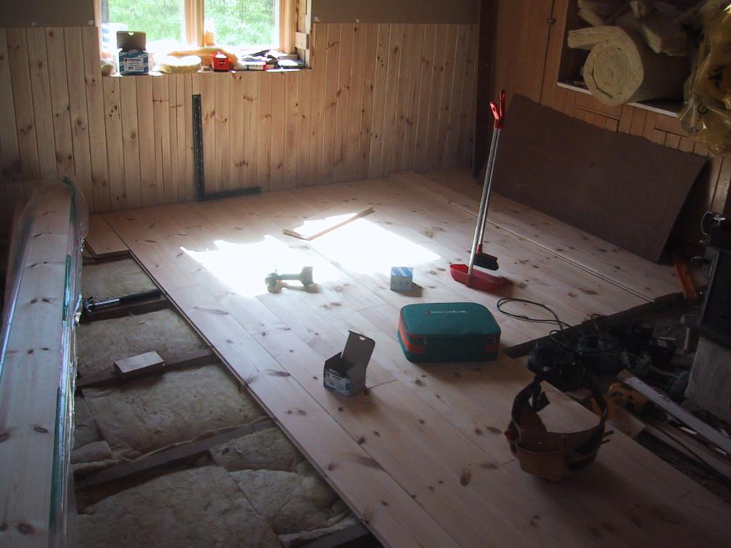Sven lägger nytt golv