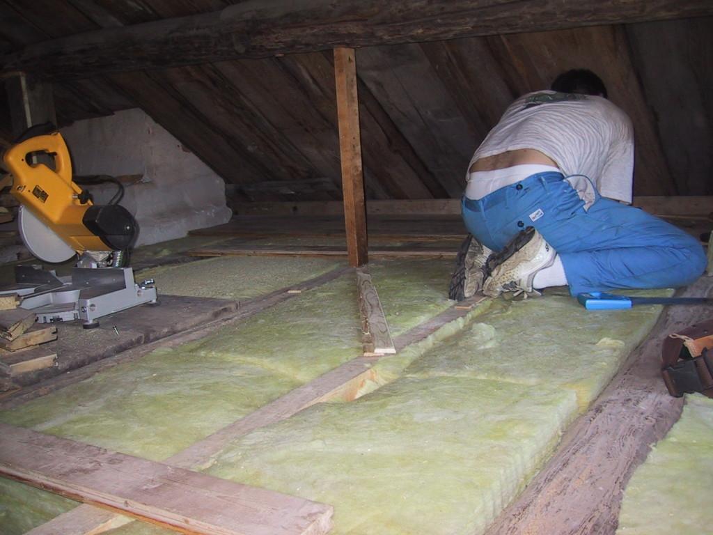 Sven isolerar golvet på loftet