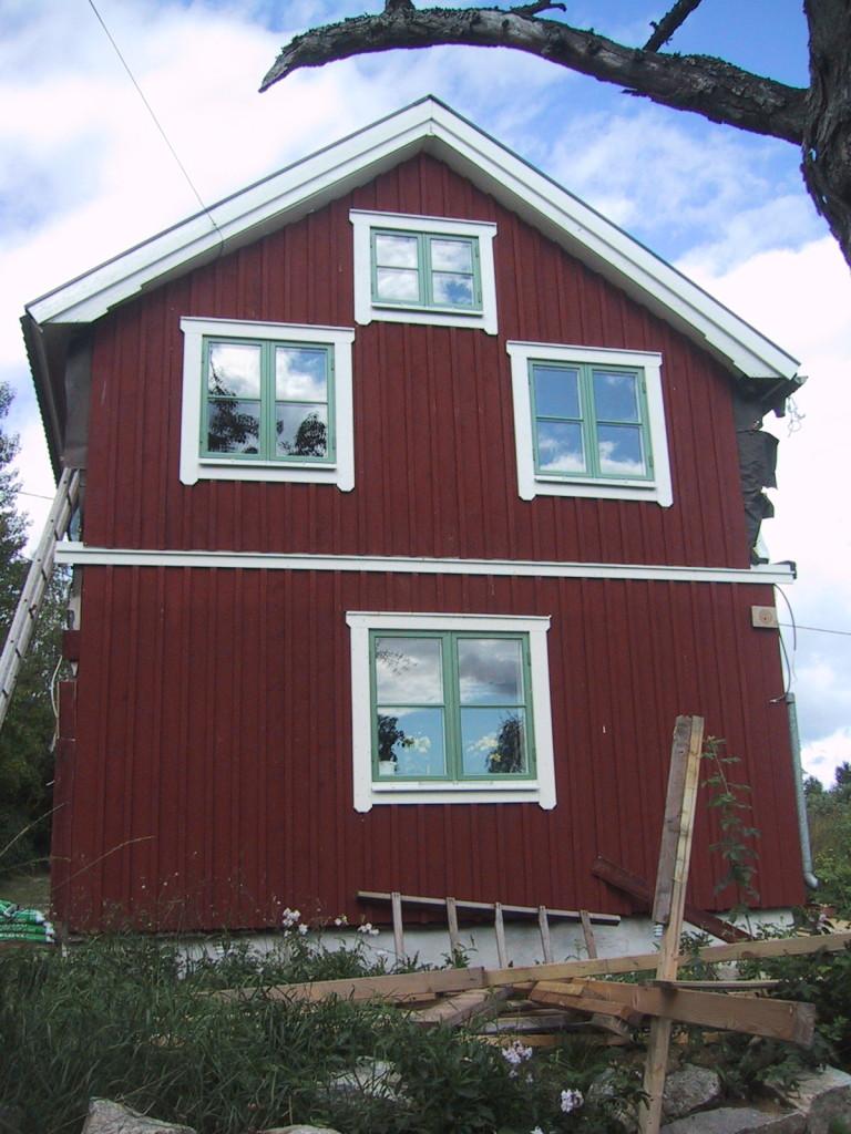 Nu är alla fönster och panel på plats. Bara knutbrädorna saknas
