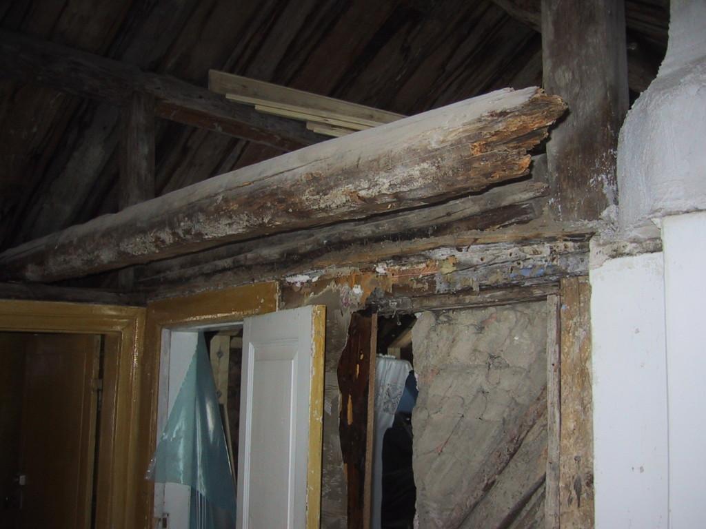 Stocken är helt rutten så vi byter ut alla och spänner fast dem ordentligt så att huset ska hålla ihop