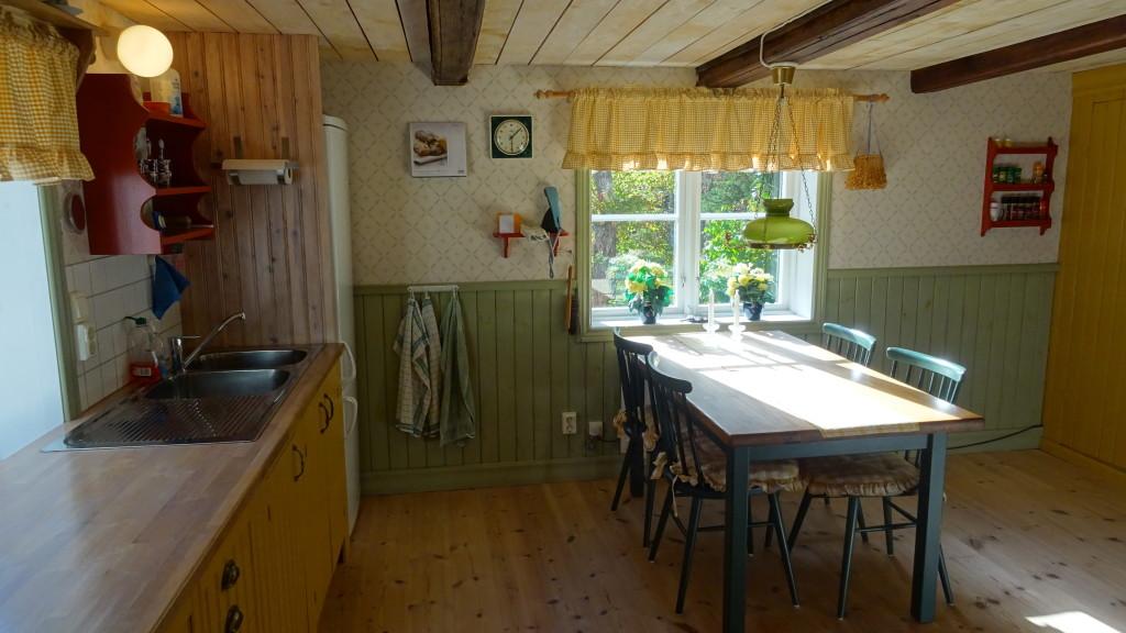 Köket med diskbänk och de nya skåpen i förgrunden