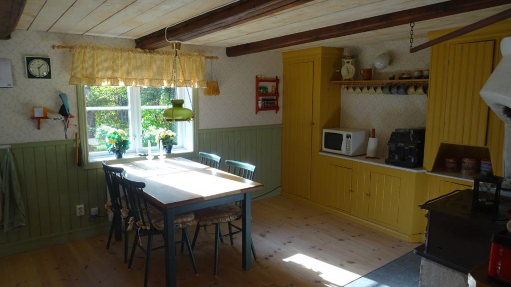 Köket med de gamla skåpen i bakgrunden