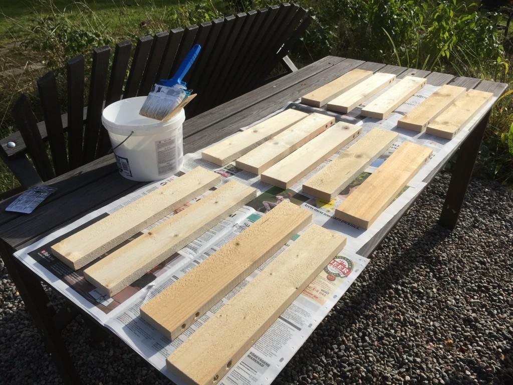 Kul att måla 4 sidor samtidigt! De fick ligga i gruset och torka!